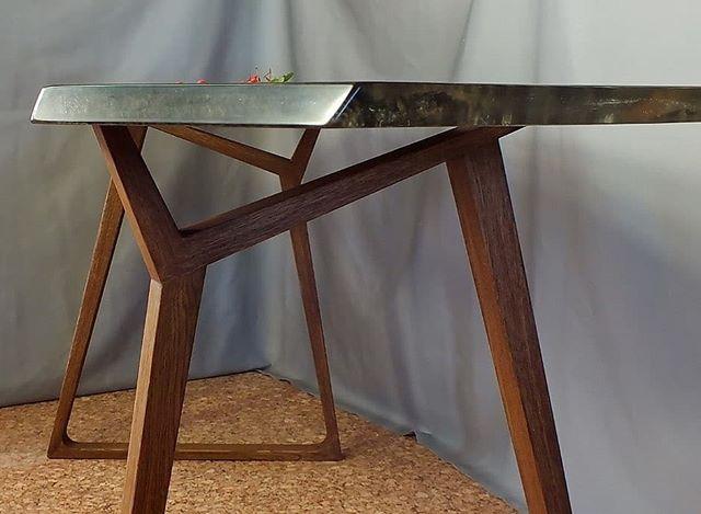 Стол из эпоксидной смолы и деревянного слэба: секреты процесса изготовления от HeARTwood