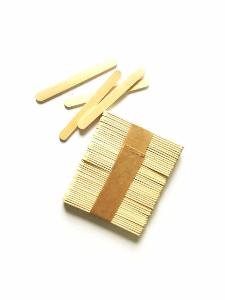 Широкий деревянный шпатель