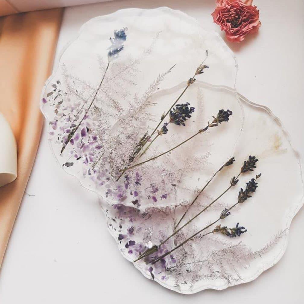 Весенние подставки из смолы с сухоцветами от @tata_resinart